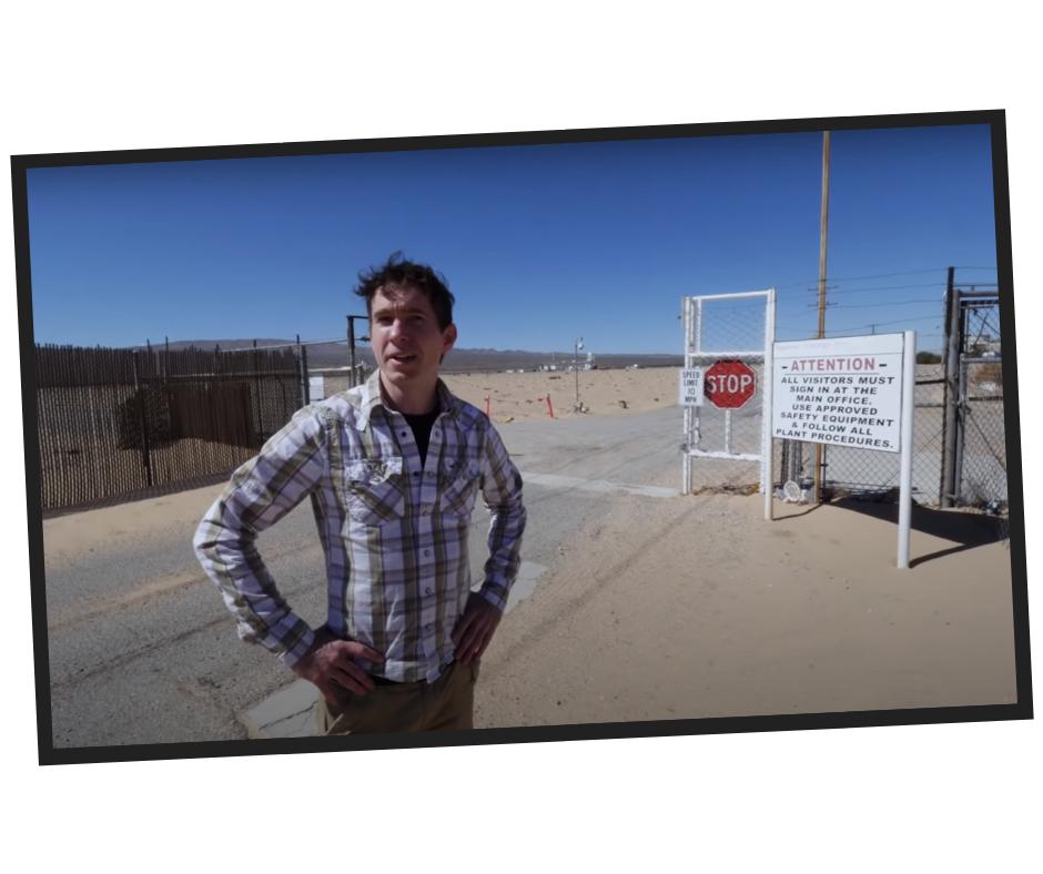 Like etter dette går Gibbs og kompanjong Ozzie Zehner fram til porten. «Plutselig demret det for meg hva vi stod og så på: En solkraft-ørken», sier Gibbs.
